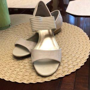 Ladies size 7 1/2M white Mountain Sandals Beige